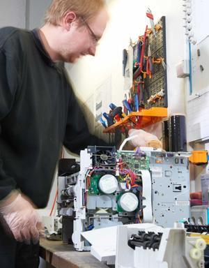 Kopiergerät wird von Servicetechniker gereinigt und aufbereitet
